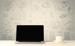Stedelijke verkoopgrafieken en laptop op bureau Stock Afbeeldingen