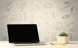 Stedelijke verkoopgrafieken en laptop op bureau Stock Afbeelding