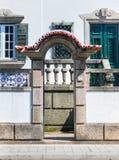 Stedelijke villa door de straat Royalty-vrije Stock Afbeeldingen