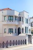 Stedelijke villa door de straat Stock Foto's
