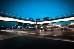 Stedelijke voetgangersbrug en wegkruising van nachtscène Stock Afbeelding