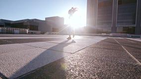 Stedelijke vrouw die hoge roundhouseschop doen stock footage