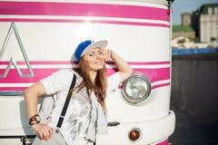 Stedelijke vrouw en retro bus Stock Afbeeldingen
