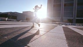 Stedelijke vrouw het praktizeren roundhouse schop in openlucht stock video