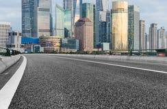 Stedelijke weg door modern stad-Shanghai stock afbeeldingen