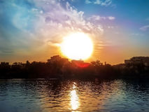 Stedelijke zonsondergang met kleurrijke hemel Stock Afbeeldingen