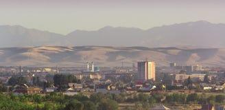 Steden op de achtergrond van bergen en heuvels Stad 'Taldykorgan ' royalty-vrije stock foto's