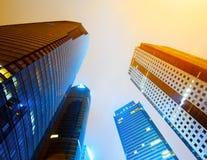Steden van wolkenkrabbers bij nacht Stock Foto's