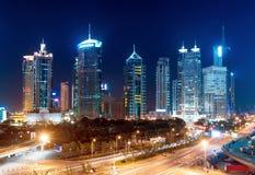 Steden van wolkenkrabbers bij nacht Stock Afbeelding