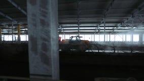 stedikam 汽车在畜栏去并且驱散家畜的废弃物 股票录像