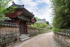Steeg bij de Beomeosa-Tempel in Busan Royalty-vrije Stock Afbeeldingen