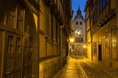 Steeg in de stad van Quedlinburg bij nacht, Duitsland stock foto