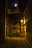 Steeg in de stad van Quedlinburg, Duitsland, bij nacht royalty-vrije stock fotografie
