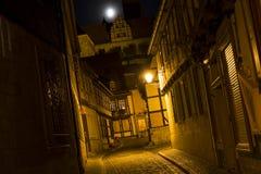 Steeg in de stad van Quedlinburg, Duitsland, bij nacht royalty-vrije stock foto's
