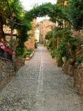 Steeg in een kleine mediterrane stad Stock Fotografie