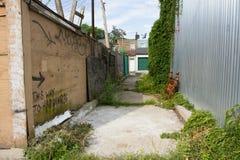 Steeg in een Stad, met Graffiti die Deze Manier zeggen aan Geluk Royalty-vrije Stock Foto