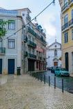 Steeg en Kerk van St Joao da Praca, Lissabon stock fotografie