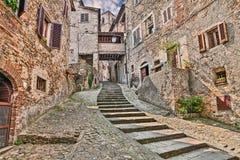Steeg in het middeleeuwse dorp Anghiari, Arezzo, Toscanië, Italië Stock Foto