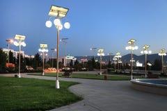 Steeg in het park met zonne-aangedreven lantaarns Stock Afbeelding