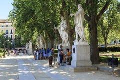 Steeg met standbeelden van Spaanse koningen in Madrid Stock Afbeelding