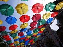 Steeg van drijvende paraplu's stad van Heilige Petersburg, Rusland Mooie straat met prachtig verfraaid royalty-vrije stock afbeeldingen