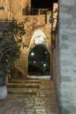 Steeg van het teken van de dierenriem Steenbok bij nacht binnen op oude stad Yafo in Tel. aviv-Yafo in Israël Stock Afbeeldingen