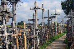 Steeg van kruisen op de Heuvel van Kruisen stock afbeelding