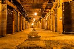 Steegmanier in Marrakech met gesloten winkels bij nacht stock foto