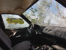 Steeing hjul f?r gammalt exponeringsglas f?r bil brutet arkivbilder