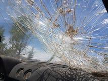 Steeing hjul f?r gammalt exponeringsglas f?r bil brutet arkivfoto