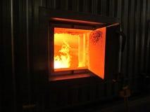 Steek de verbranding van biomassa in de vorm van korrels in boi in brand Royalty-vrije Stock Foto's