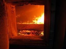 Steek de verbranding van biomassa in de vorm van korrels in boi in brand Stock Foto