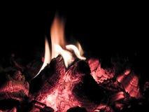 Steek een klein vuur in brand stock foto's