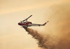 Steek Helikopter in brand Stock Afbeeldingen