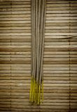 Steek wierook op bamboemat aan Stock Foto's