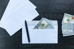 Steekpenning in een envelop royalty-vrije stock afbeelding