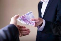Steekpenning en corruptie met euro bankbiljetten stock foto