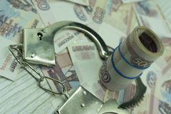 Steekpenningsgeld en handcuffs overtredersmaffiagevangenis, royalty-vrije stock foto