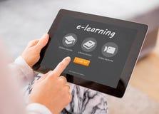 Steekproef e-lerende website op tabletcomputer stock fotografie