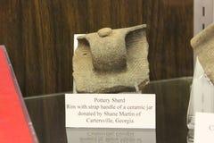 Steekproef van aardewerk door Etowah hoopmensen die wordt gebruikt stock fotografie