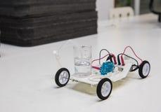 Steekproef van het gebruiken van een waterstofmotor in een stuk speelgoed auto royalty-vrije stock afbeelding
