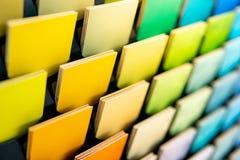 Steekproef van kleurrijk houten gelamineerd vernisjemateriaal stock fotografie