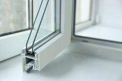 Steekproef van vensterprofiel op vensterbankclose-up royalty-vrije stock foto's