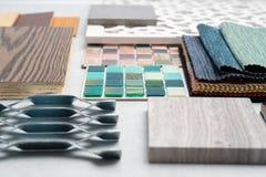 Steekproeven van materiaal, hout, op concrete lijst Binnenlands ontwerpse royalty-vrije stock fotografie