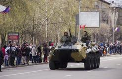 Steekproeven van militaire uitrusting op de straten stock foto's
