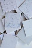 Steekproeven van verschillend stenen hoofdzakelijk wit dat met marmer zoals korrels en aders wordt gebaseerd royalty-vrije stock foto's