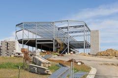 Steel strukturerar av en ny reklamfilmbyggnad Royaltyfri Foto