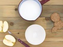 Steelpan met hete melk en kom om te ontbijten royalty-vrije stock afbeeldingen