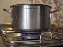 Steelpan op gaskooktoestel royalty-vrije stock afbeeldingen