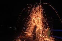 Steelwool maakt vuurwerk in Middernacht Stock Fotografie